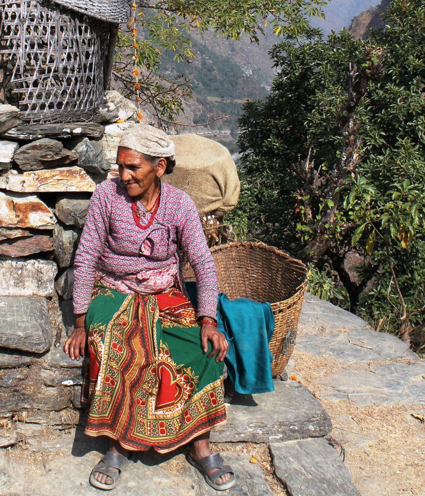 Frau sammelt Tee