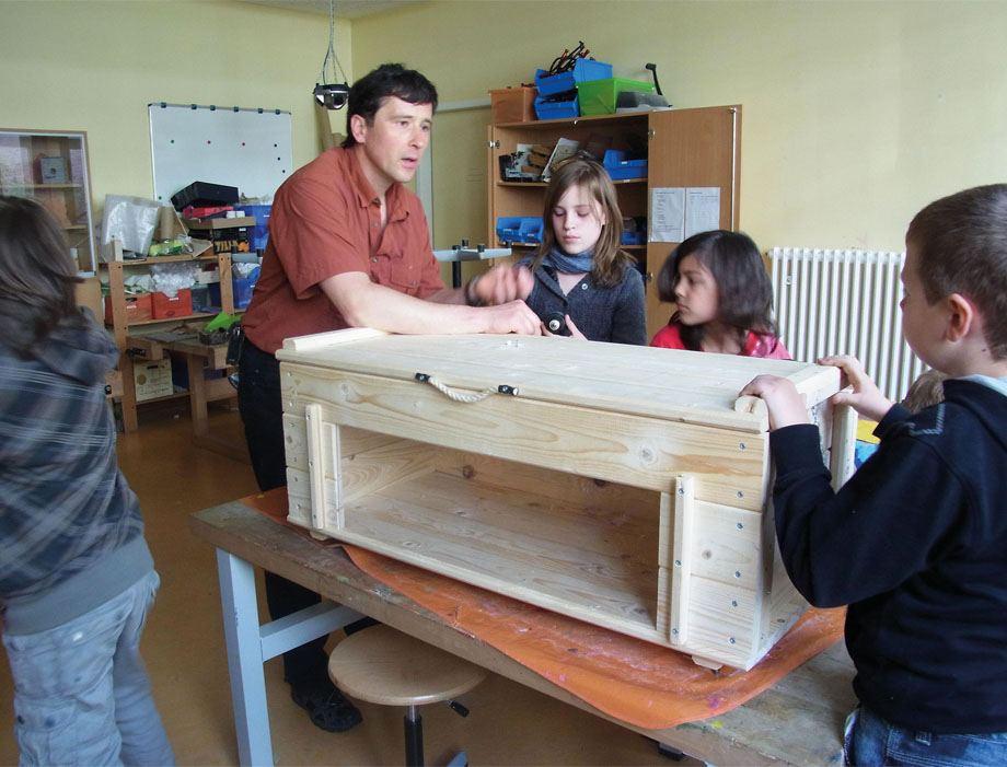 Georg Heinrichs unterrichtet eine Klasse