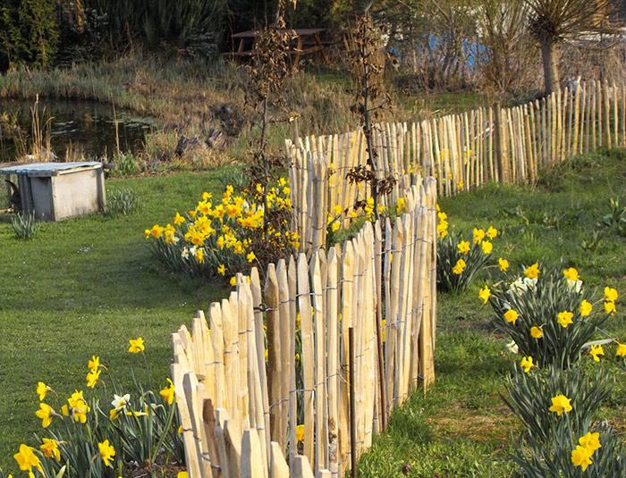Kastanienzaun als natürliche Umgrenzung im Garten Bild: re-natur GmbH