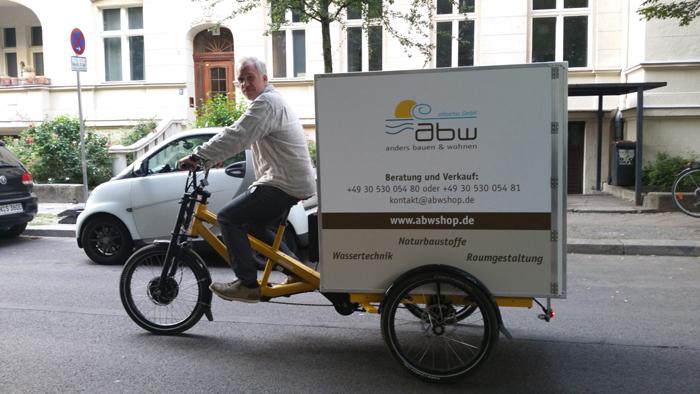 Transport der Waren mit dem Elektrolastenfahrrad