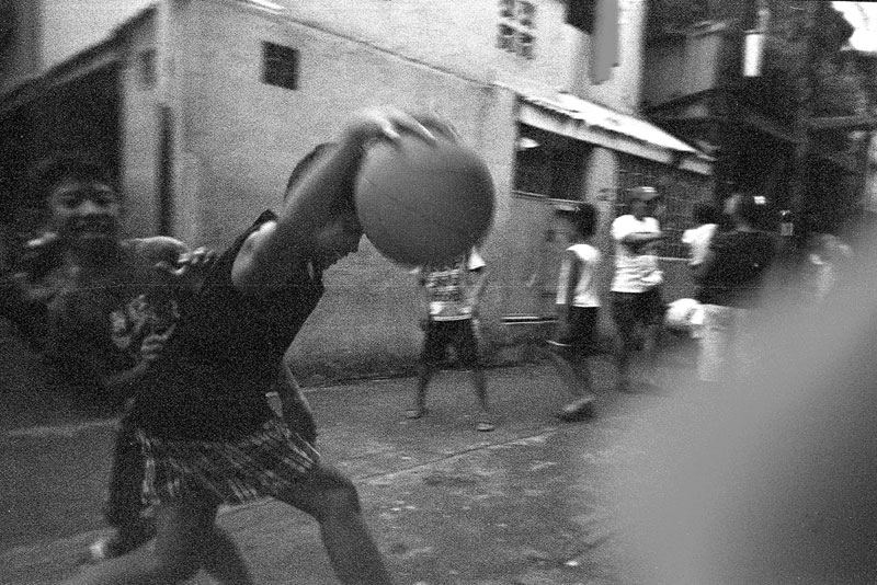 Basketball spielende Kinder in Manila