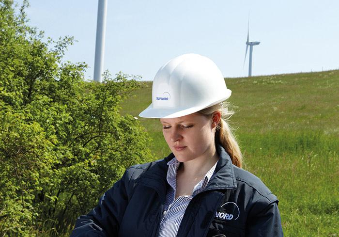Windkraftanlage mit TÜV NORD Expertin Yvonne Schmedemann