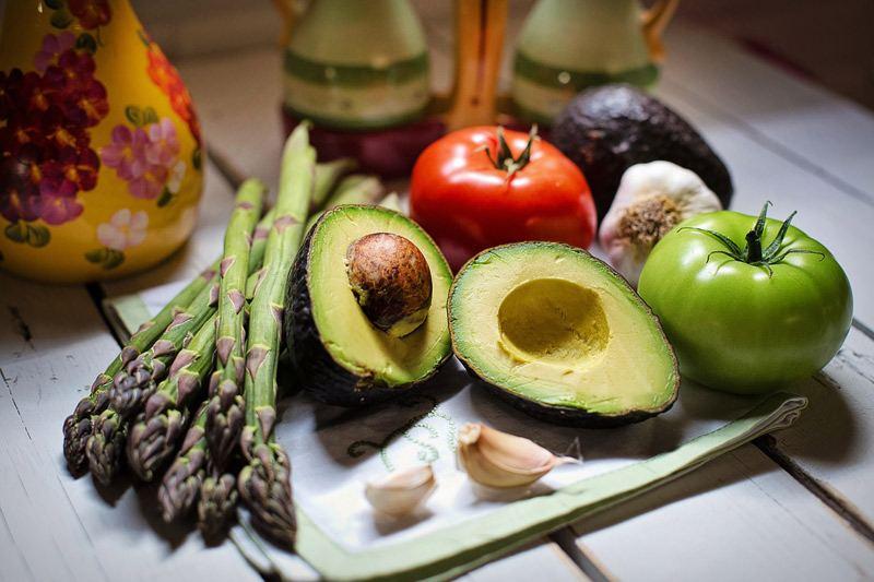 Spargel und Avocado, Knoblauch und Tomaten