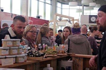 Besucher beim Heldenmarkt probieren Essen