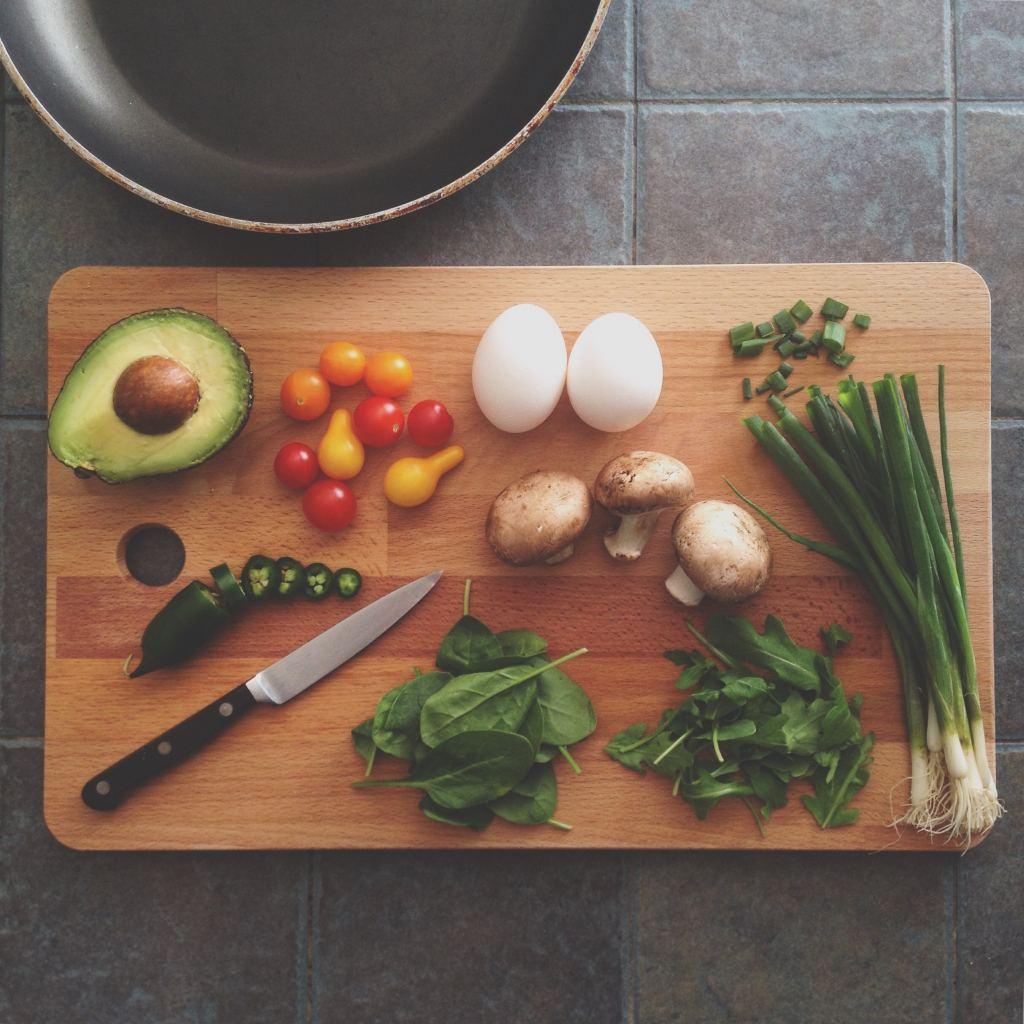 Ein Holzbrett mit frischen Lebensmitteln