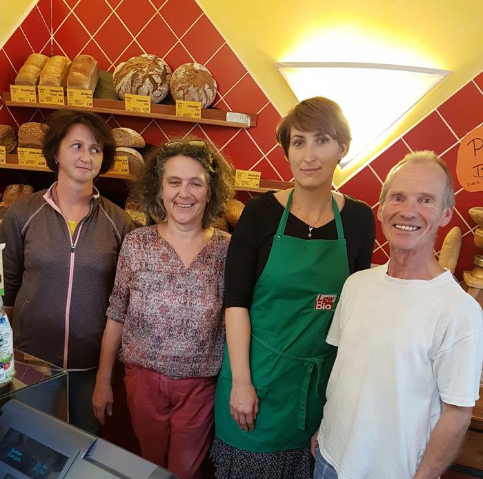 Das Lew Bio Bäckereiteam vor dem Verkaufstresen