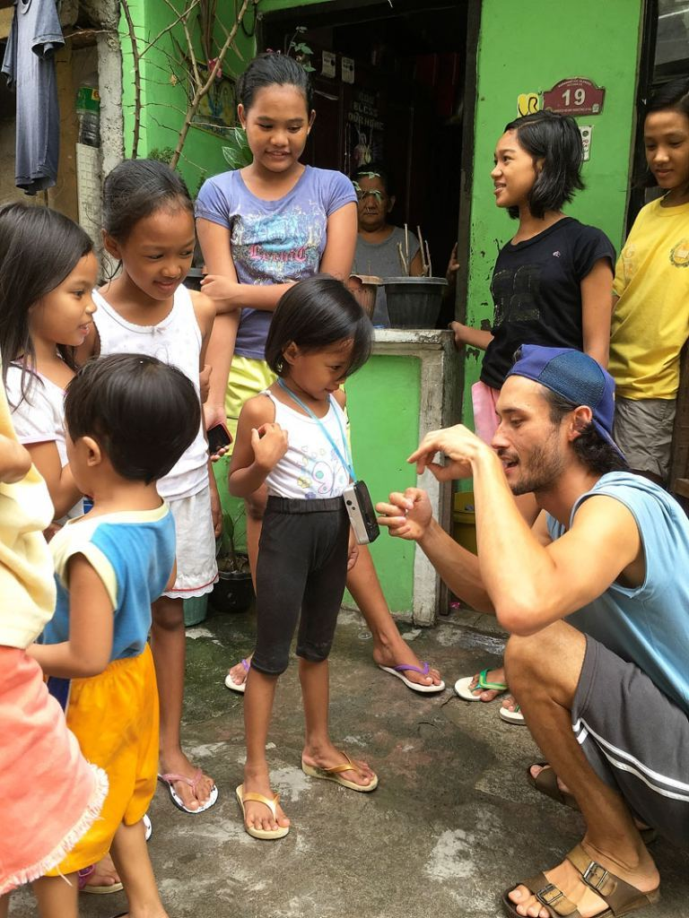 Nico Klein-Allermann mit den Kindern des Projektes Arts Meets Education