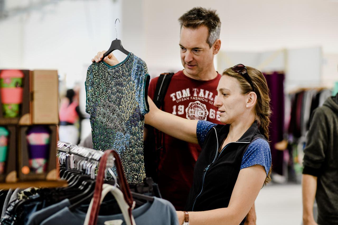 Frau und Mann betrachten T-Shirt auf der VeggieWorld