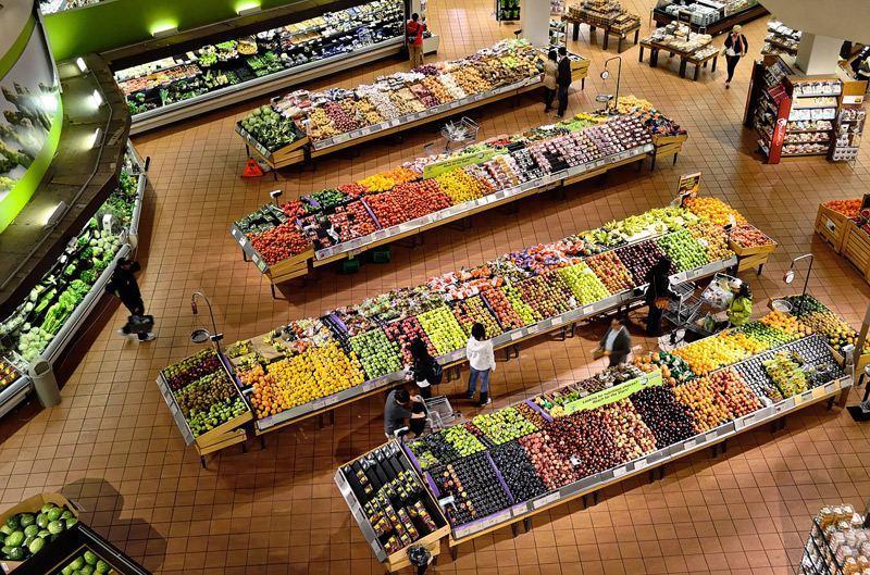 Blick in eine riesige Gemüse- und Obstabteilung